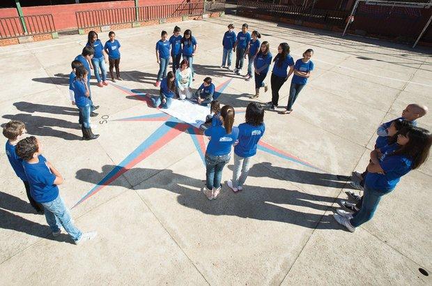 Na quadra da escola, a turma observou mapas posicionados com a rosa dos ventos. Roberto Chacur