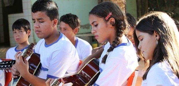 Alunos de música do professor Alessandro de Oliveira Branco, em Goiânia. Eles aprendem a tocar instrumentos musicais e as músicas de Cartola. Foto: Marco Monteiro