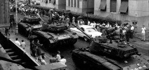 Tanques nas ruas do Rio de Janeiro após militares decretarem golpe em 1964