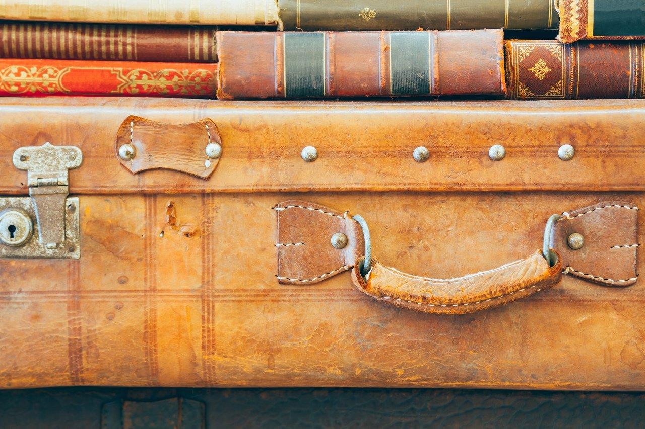 Malas antigas com livros antigos