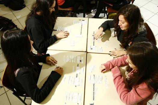 Para sistematizar os conhecimentos desenvolvidos, a turma resolveu problemas e participou de um jogo sobre as propriedades dos polígonos. A evolução dos alunos foi acompanhada por meio de avaliações e da análise de relatórios individuais.