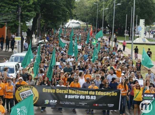 Em Campo Grande, Mato Grosso do Sul, professores protestam contra forma da previdência