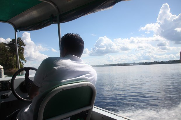 A viagem até a comunidade do Abelha é longa. De Manaus, é necessário pegar um avião até Novo Aripuanã. Chegando ao município, o trajeto segue pela água. São cerca de cinco horas de barco pelos rios Madeira e Mariepaua.