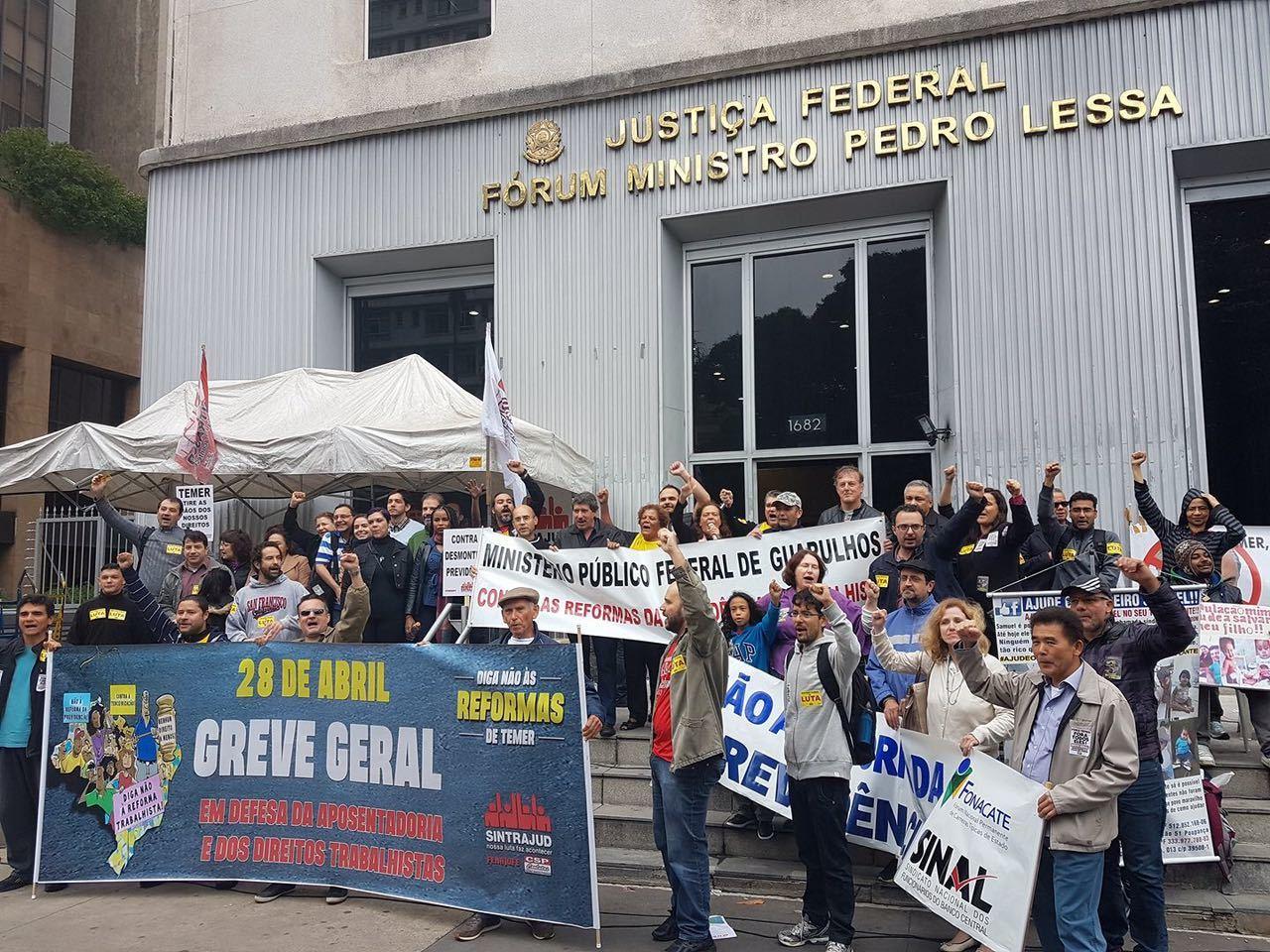 Docentes protestam na Avenida Paulista, em São Paulo