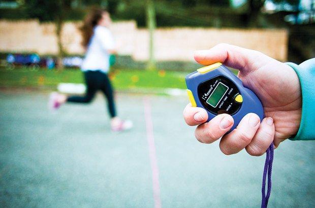 Para o tiro rápido, Natalia cronometrou o tempo dos alunos para correr 100 metros. Patricia Stavis