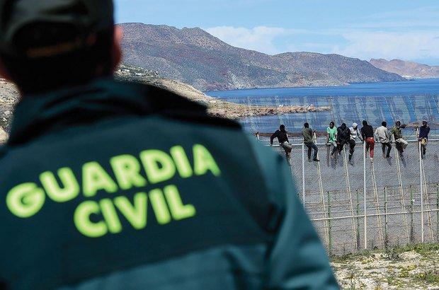 Guarda civil observa imigrantes na cidade espanhola de Melilha, no norte da África. Getty Images/Alexander Koerner