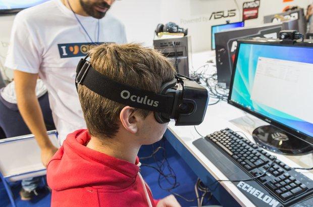 Menino com óculos de realidade virtual | Crédito: Stefano Tinti