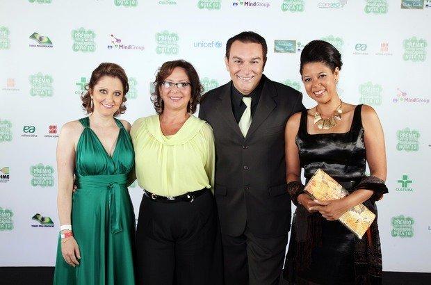 Áudrea da Costa Martins, vencedora do Prêmio em 2009, Regina Scarpa, coordenadora pedagógica da Fundação Victor Civita, Amarildo Reino de Lima, Gestor Nota 10 em 2009, e Silvia Ulisses de Jesus, Educadora do Ano em 2010