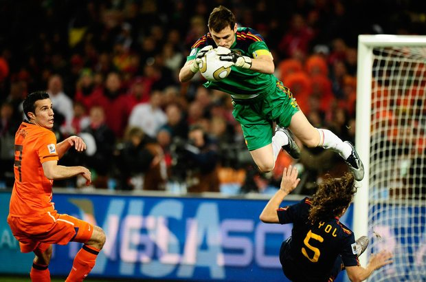 Esta imagem mostra jogadores holandeses e espanhóis durante a final da Copa de 2010. Para conseguir captar o momento exato de uma defesa como esta o fotógrafo deve estar o tempo todo com a câmera apontada para a bola. Foto: Alexandre Battibugli