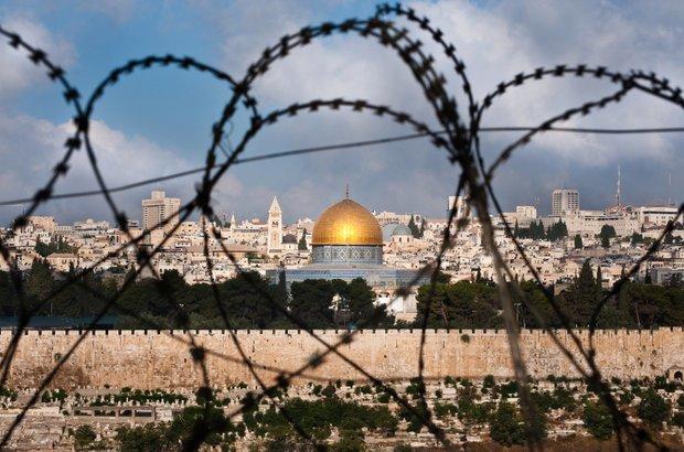 Vista de Jerusalém pelo arame farpado. Crédito: Ryan Beiler