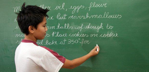 Aluno da professora Claudia Regina Bonotto escrevendo uma receita em inglês, no Colégio Bom Jesus. Foto: Fabio Conterno