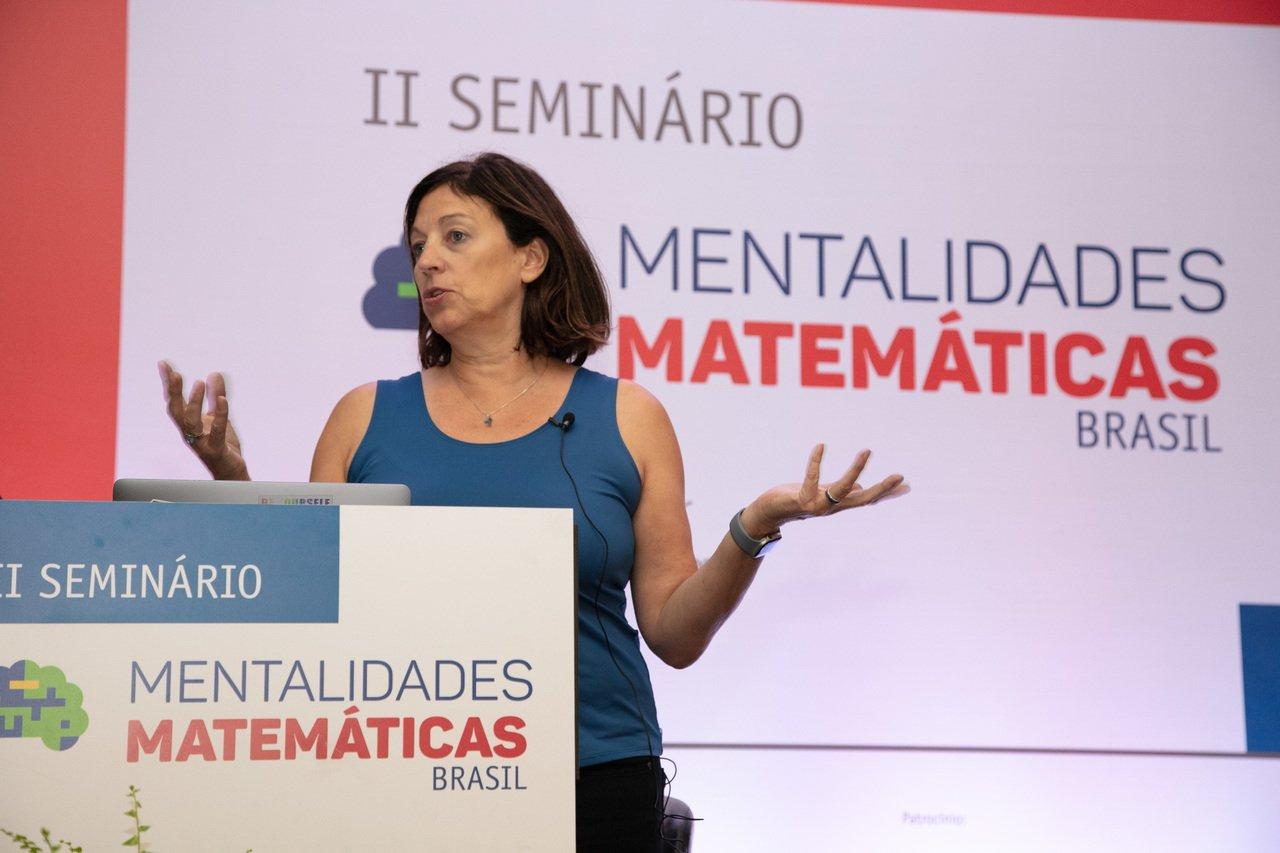 """A professora de Stanford e autora do livro """"Mentalidades Matemáticas"""", Jo Boaler, gesticula durante palestra em São Paulo"""