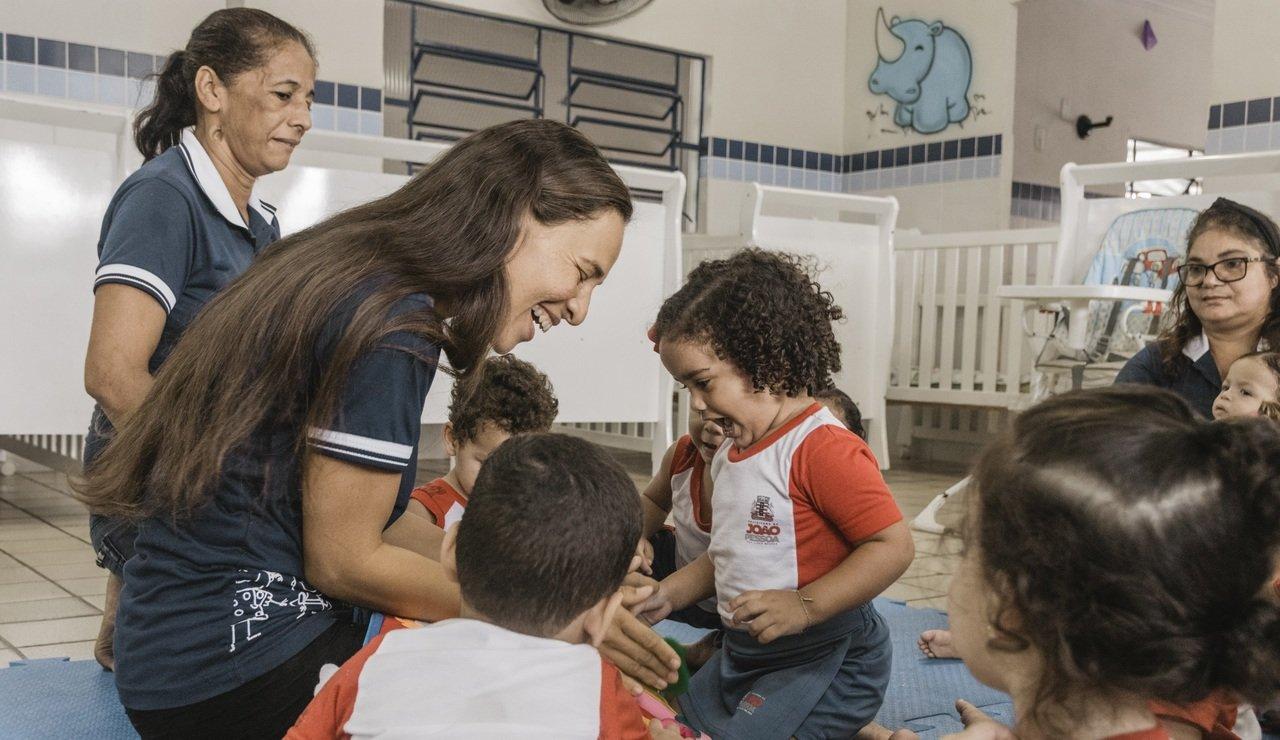 Educadora Kiaria Silva em sua turma de Educação Infantil em João Pessoa (PB)