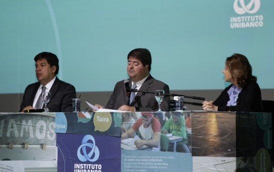 Foto do ministro Mendonça Filho no Seminário Internacional de Educação Pública, em mesa com outros dois palestrantes