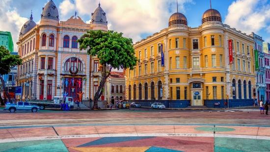 Prédios históricos ao redor do marco zero, importante ponto turístico de Recife, em Pernambuco.