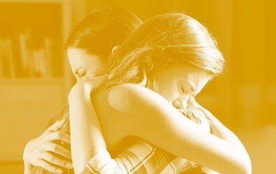 Mãe e filha se abraçam