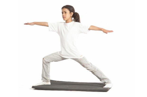 Esta outra postura apresentada durante s aulas alonga os músculos das coxas. Depois de aprofundar os conhecimentos sobre a ioga, a garotada registrou tudo que havia aprendido em notas e desenhos. Fotos Manuela Novais e Raoni Maddalena