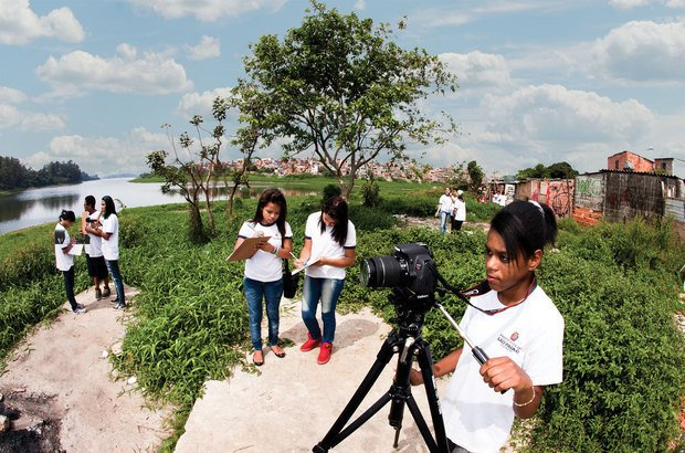 Em entrevistas, habitantes de um bairro de São Paulo comentaram problemas relacionados ao crescimento desordenado, como a ocupação irregular das margens de uma represa. Lia Lubambo