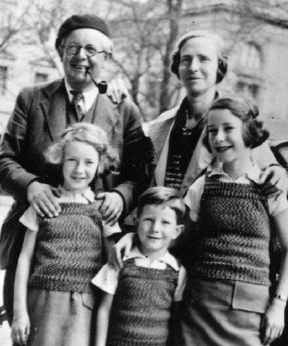O nascimento dos três filhos, retratados nesta foto de 1936, forneceu elementos à teoria