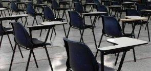 Foto de uma sala de aula vazia