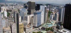 Região central do Rio de Janeiro onde se pode ver, entre os prédios, a catedral da Lapa e a Cinelândia