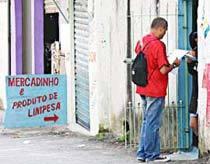 DE PORTA EM PORTA A cada entrevista feita, Vicente registra parte da realidade do país. Foto: Marcos Rosa