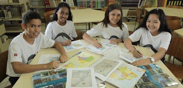 Alunos do Professor Francisco Eudes Farias da Silva pesquisando mapas na Biblioteca da Fundação Bradesco. Foto: Jarbas Oliveira