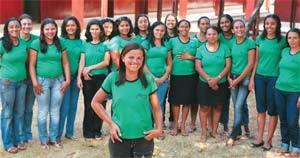 PARA APRENDER Adilma se reúne todo mês com a equipe para estudar as didáticas de leitura e escrita. Foto: Marcos Rosa
