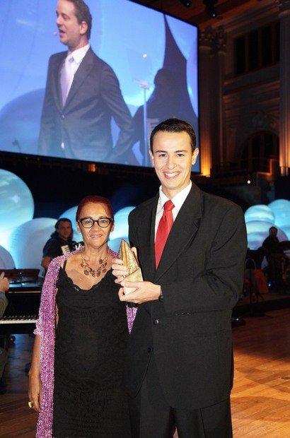 A Educadora Nota 10 de Salvador, Lininalva Rocha Queiroz, vencedora em 2001, e o Educador do Ano de 2012, Felipe Bandoni de Oliveira