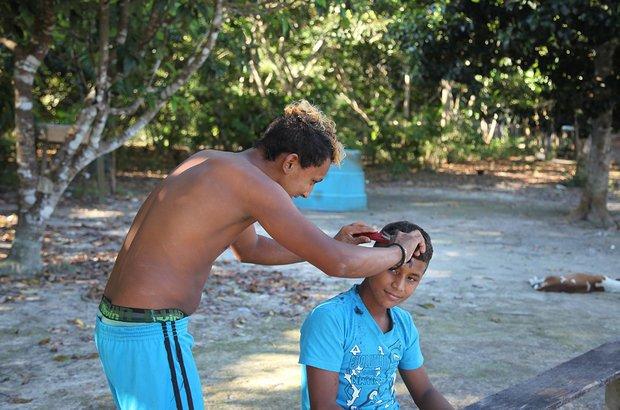 O cabelo no estilo moicano, inspirado no jogador de futebol, é febre entre os meninos da escola. Como não há um cabeleireiro por perto, um dos garotos aprendeu e faz o corte para quem quer aderir à moda.