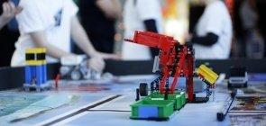 Crianças usam peças de Lego para competição de aprendizagem criativa