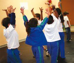 EXPERIMENTAÇÃO Na EMEI Brigadeiro Eduardo Gomes, as crianças inventam maneiras de se deslocar. Foto: Tatiana Cardeal
