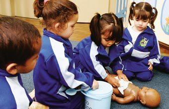 FASE DE CRESCIMENTO Representar a troca de fralda com brinquedos ajuda os pequenos a entender o processo. Foto: Ivan Amorin