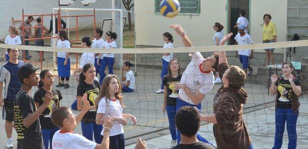 Aula de vôlei. Aula de Educação Física na EM Hercílio Amante. Foto: Ulisses Job
