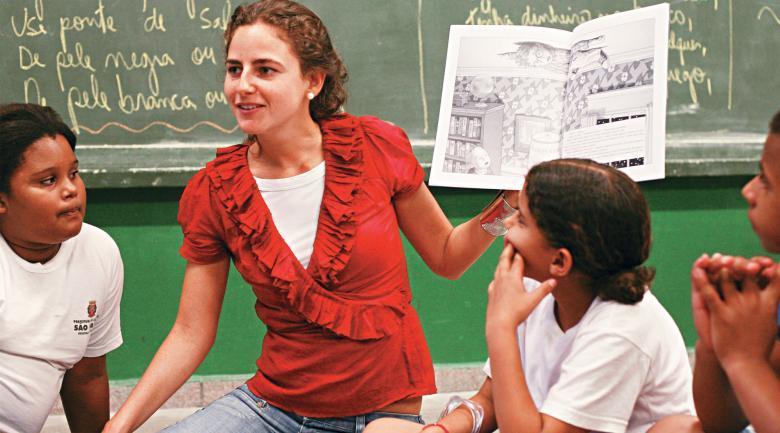 Voluntária do Projeto Entorno na EMEF Nilo Peçanha, em São Paulo: professores são orientados a ler todos os dias para os alunos. Foto: Tatiana Cardeal
