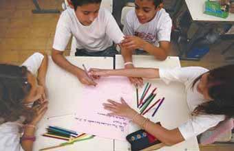USINA DE IDÉIAS A produção coletiva fez os alunos debaterem diferentes maneiras de reescrever uma história. Foto: Tatiana Cardeal
