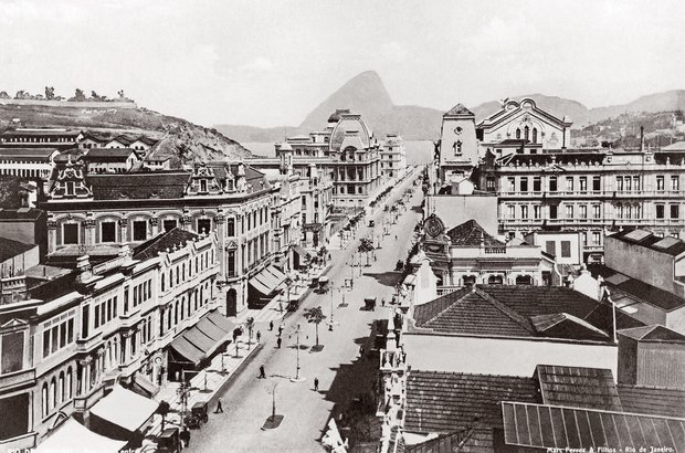 Em 1909, a mesma área estava repleta de construções de inspiração francesa. Marc Ferrez/IMS