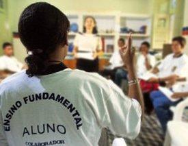 A diretora Maria Lúcia em reunião com alunos, no Recife: dividindo responsabilidades Foto: Gilvan Barreto