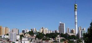 Skyline de Cuiabá. Ceu azul sem nuvens com muitos prédios e uma torre de antenas