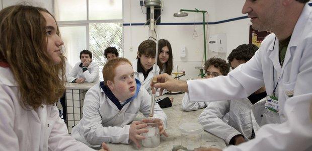 Benjamin Saidon, portador de síndrome de Down, aluno da Nova Escola Judaica Bialik Renascenca, em atividade na sala de aula com colegas. Crédito: Nova Escola