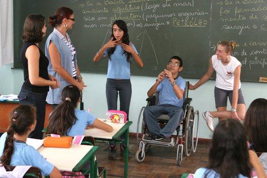 O aluno com deficiência física pode não querer participar das atividades por outros motivos que não sejam, necessariamente, a deficiência. Explore o que ele pode fazer e estimule sua participação - inclusive nas aulas de Educação Física.