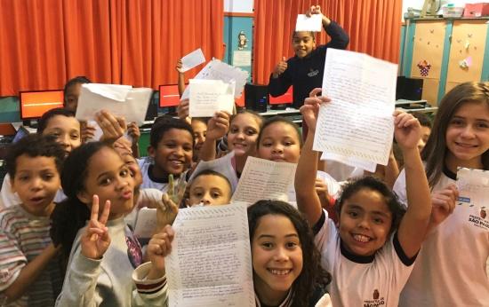 Alunos de escola municipal de São Paulo mostram cartas enviadas ao Espírito Santo