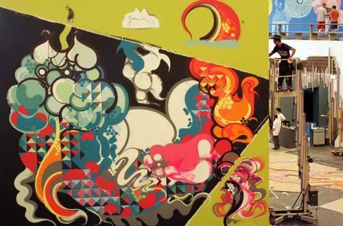 Titi Freak trabalhando em painel para a mostra De Dentro para Fora/De Fora para Dentro do Masp. Foto: Fernando Moraes