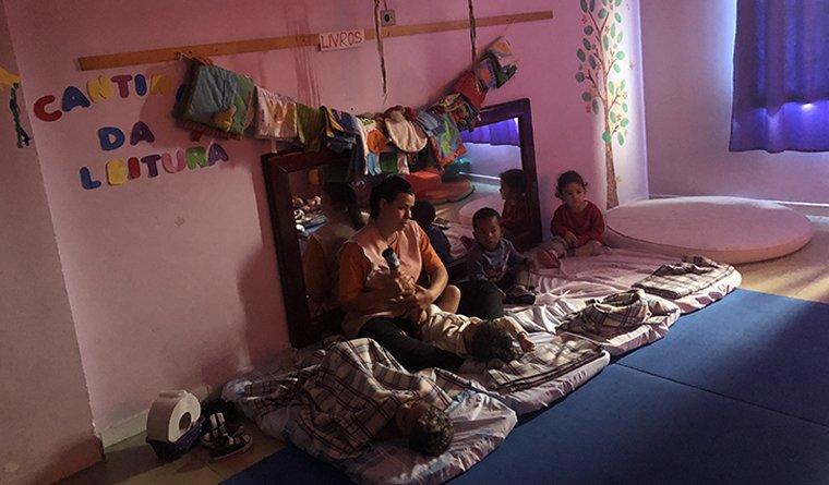Professora faz massagem indiana em crianças da creche de São Paulo