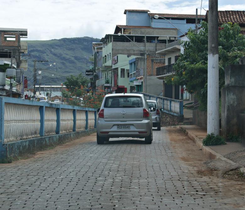 Carro visto de trás andando pela rua