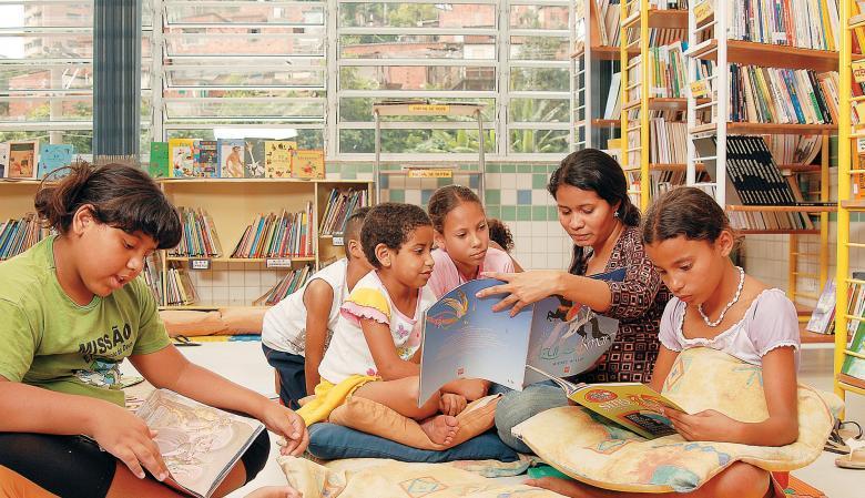 Biblioteca comunitária mantida pelo Projeto Casulo na favela Real Parque, em São Paulo: metade dos 400 sócios é composta por crianças menores de 10 anos. Foto: Bob Paulino
