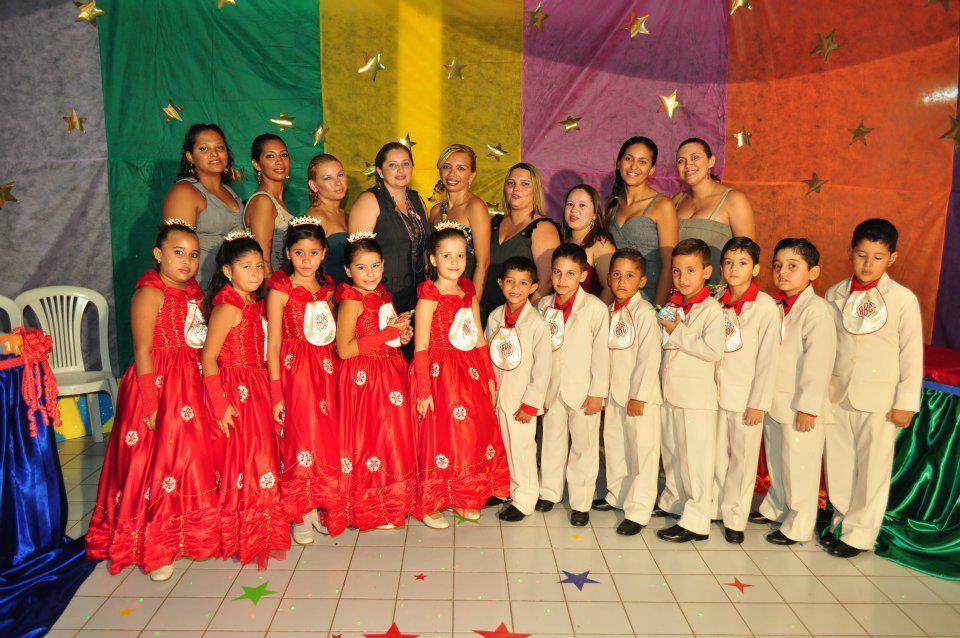 A professora Maze Cavalcante Cunha Araujo e os alunos da Escola Cantinho da Criança