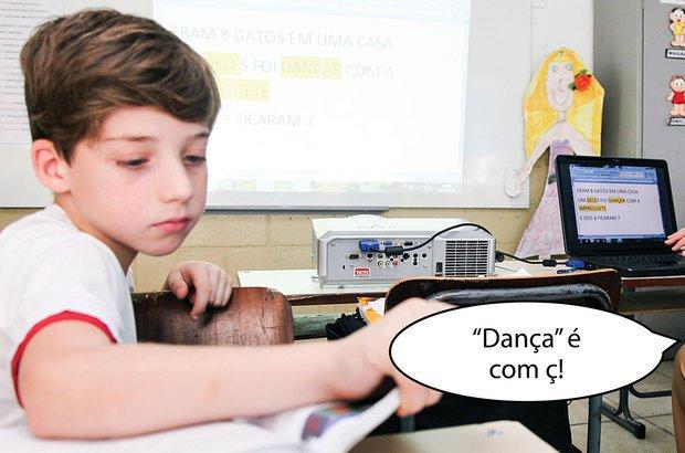 Durante a revisão, a garotada recorreu ao dicionário para saber a escrita das palavras. Manuela Novais