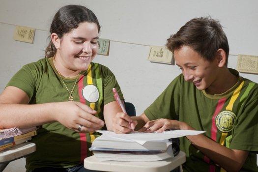 Ao longo de todo o projeto, os alunos foram convidados a ter contato com a palavra escrita. Divididos em duplas, listaram os professores mais marcantes que conheceram e descreveram as características que fizeram deles especiais.