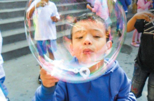 Fazer bolhas de sabão virou experiência científica na EMEF Candido Portinari. Arquivo pessoal/Maria Nizete Nogueira